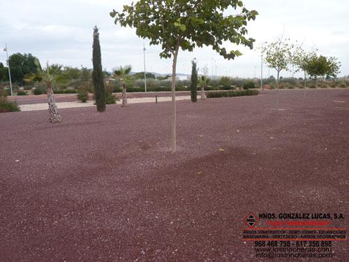 Arena decorativa roja jardín