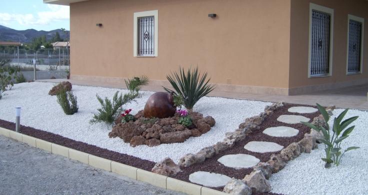 Piedras blancas para jardin cmo decorar el rea verde de for Grava blanca decorativa